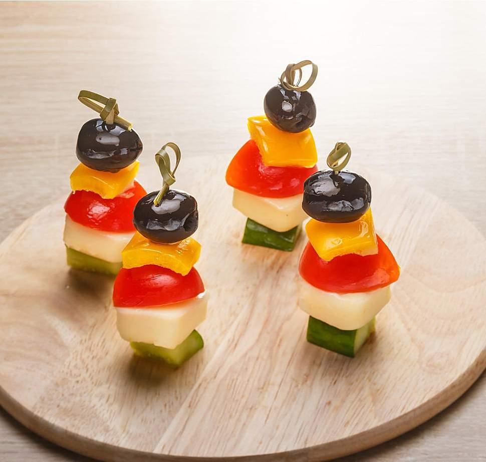 рецепт №2 - Канапе с оливками, сыром и овощами фото