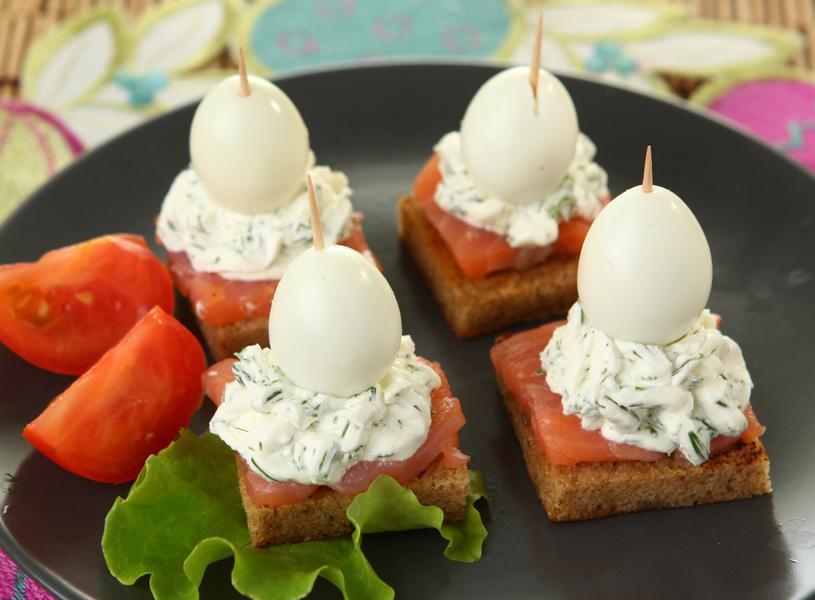 шестой рецепт Канапе с сыром, семгой и перепелиными яйцами фото
