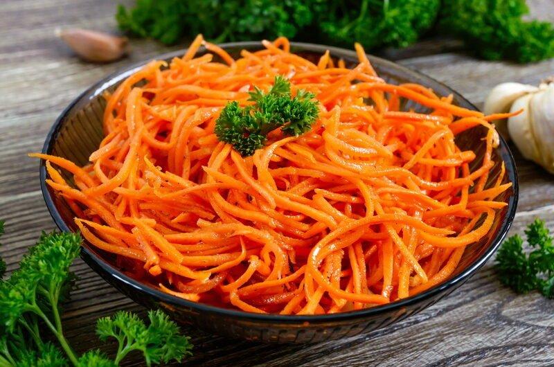 №5 - салат на Новый год 2022 с корейской морковью и копченой куриной грудкой фото