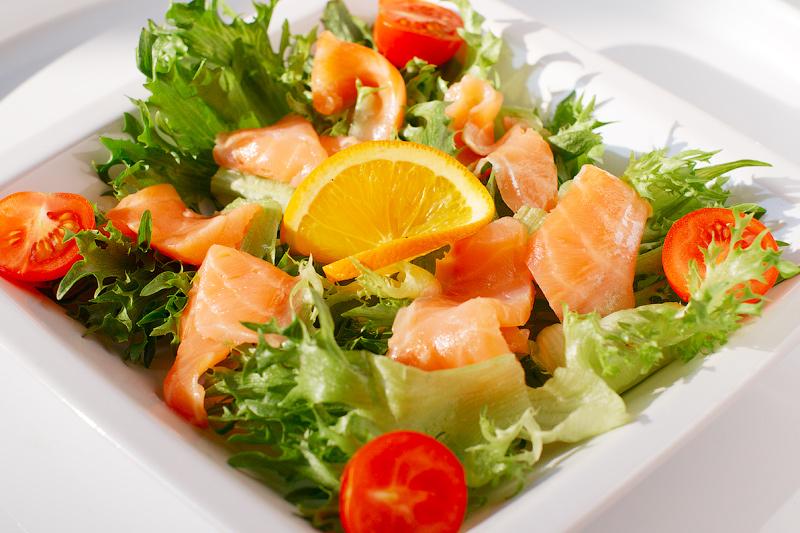 №6 - самый необычный, но вкусный и новый салат с овощами и запеченной семгой фото