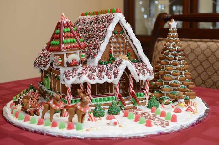 идеи оформления пряничного домика на Новый год и Рождество 2022 фото 7