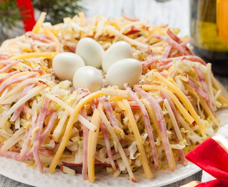 №2 - Салат с колбасой и плавлеными сырками «Гнездо глухаря» фото