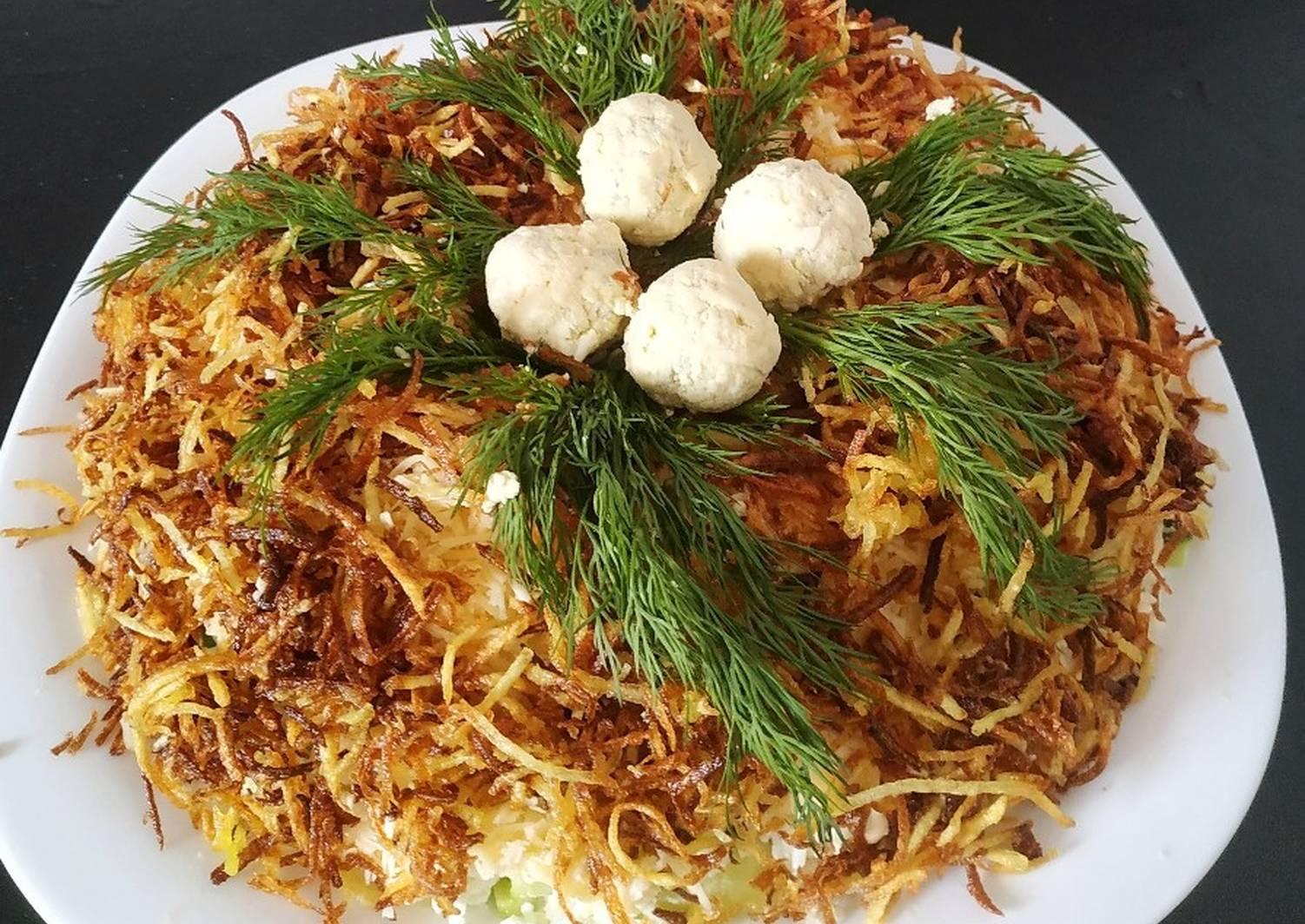 3 рецепт - «Гнездо глухаря» с солеными огурцами, куриной грудкой и грецкими орехами фото