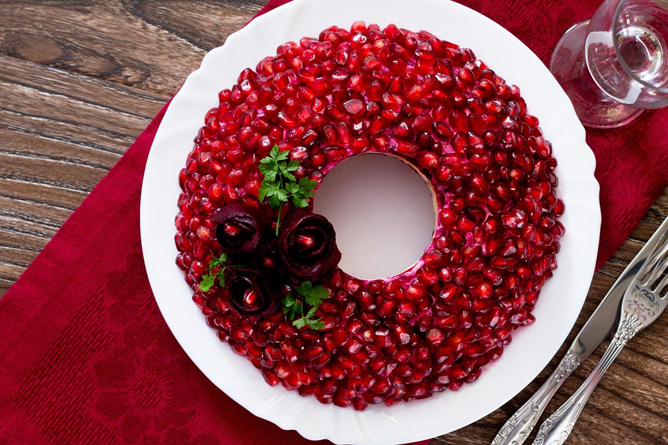 салат Гранатовый браслет на Новый год 2021: самые простые и очень вкусные рецепты салатов, фото идеи оформления 1