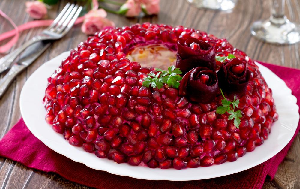 салат «Гранатовый браслет» с черносливом и говядиной (свининой) фото