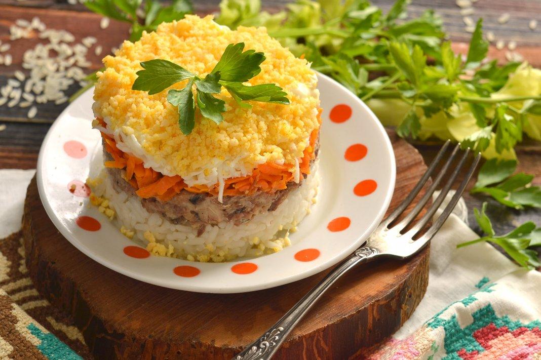 салат Мимоза на Новый год 2022: очень вкусные и простые рецепты приготовления, мастер-класс на фото 1