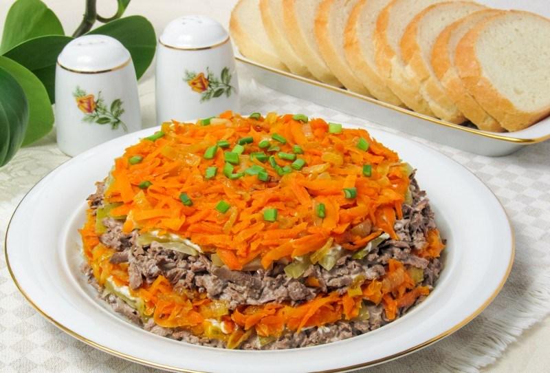 третий рецепт - салат Обжорка с сухариками и печенью фото