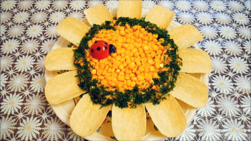 салат «Подсолнух» с кукурузой, куриной грудкой и грибами фото