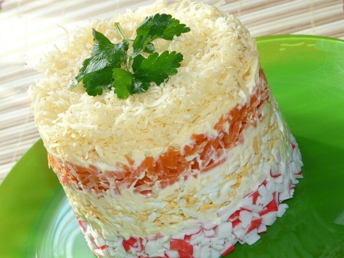 четвертый рецепт - слоеный и очень нежный салат с крабовыми палочками фото