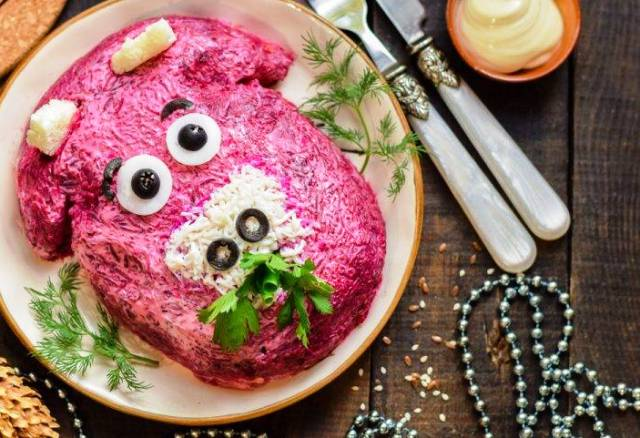 салат №8 - Селедка под шубой в форме «Бык» фото