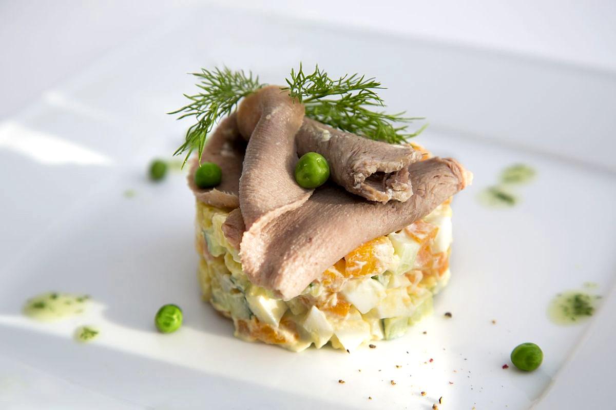 салат Оливье с говяжьим языком - простой, но очень вкусный рецепт приготовления фото
