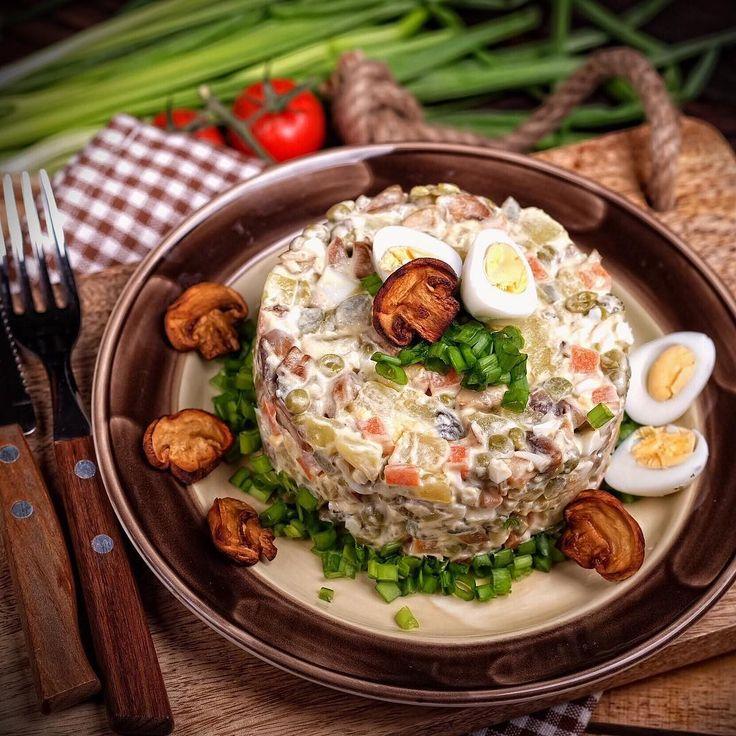 салат Оливье с грибами и кальмарами фото
